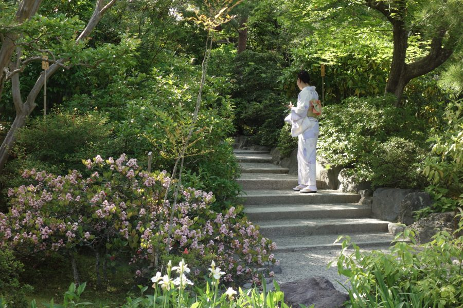 Femme en kimono dans un jardin